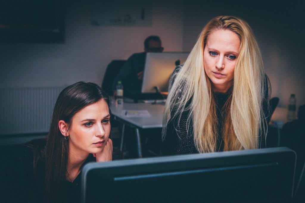 Dues dones a una oficina