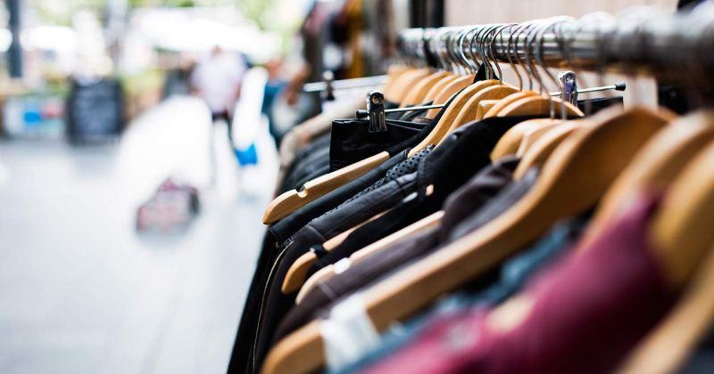 Peces de roba penjades en un comerç.