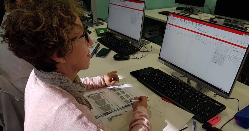 Una alumna a classe al Centre de Serveis d'Empresa de Gavà