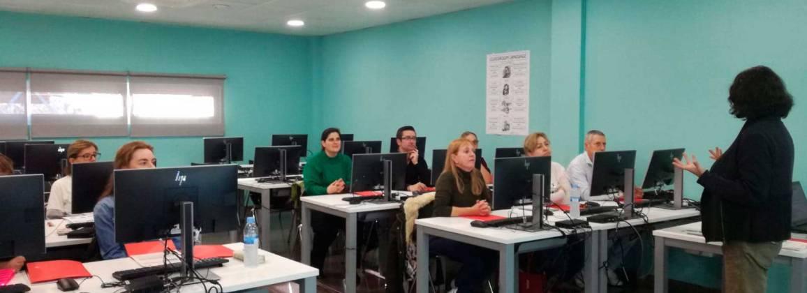 Un grup de persones fent classe al Centre de Serveis a l'Empresa de Gavà.Un grup de persones fent classe al Centre de Serveis a l'Empresa de Gavà.