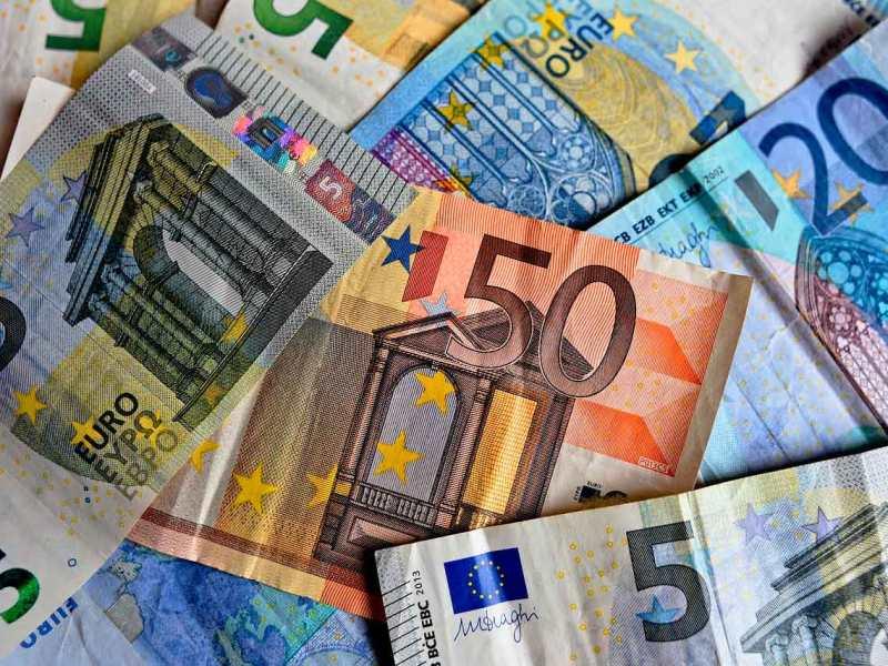 Diferents bitllets d'euro escampats.