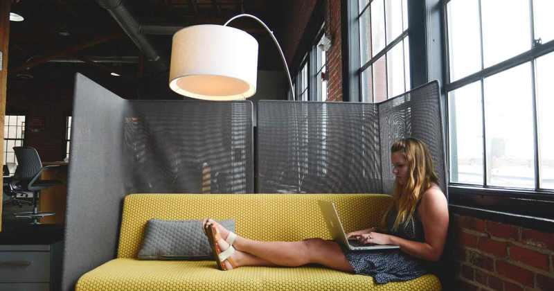 Una dona emprenedora treballant amb el seu ordinador portàtil.
