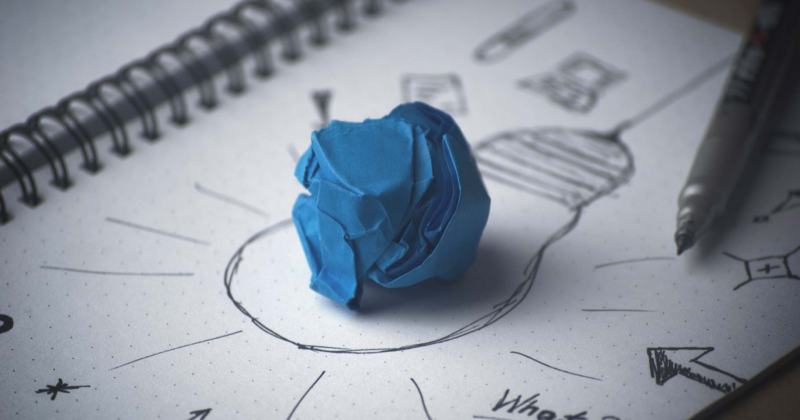 Un dibuix d'una bombeta en una llibreta simbolitzant idees.