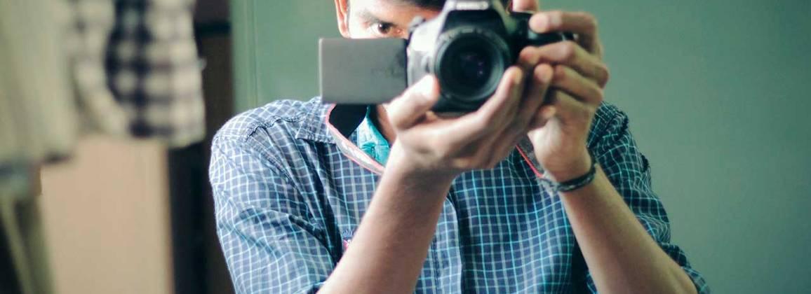 Un noi fa una fotografia amb la seva càmera.