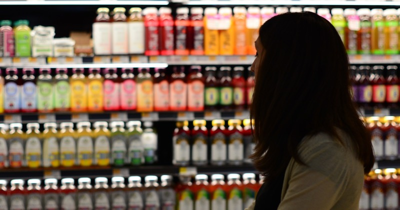 Una dona comprant a un supermercat.