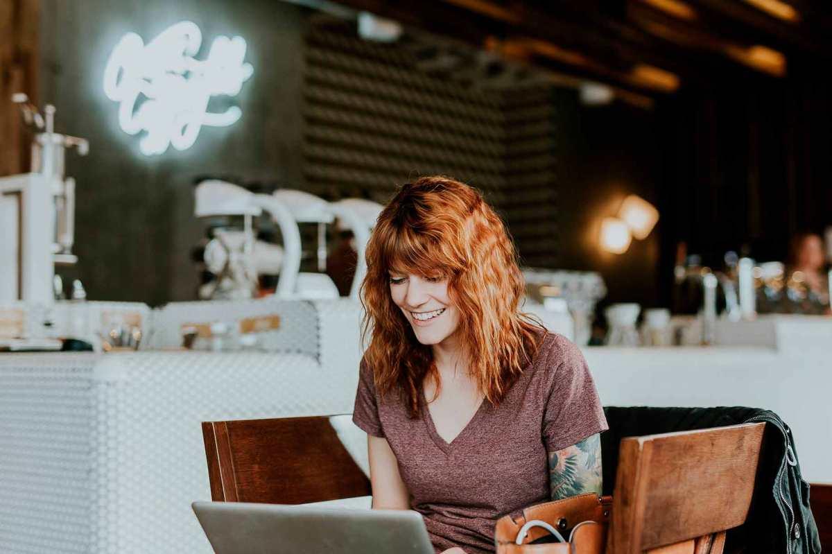 Una noia fent una videotrucada per ordinador.