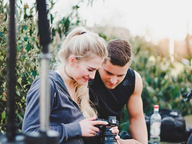 Un noi i una noia treballant en un sessió de fotografia.
