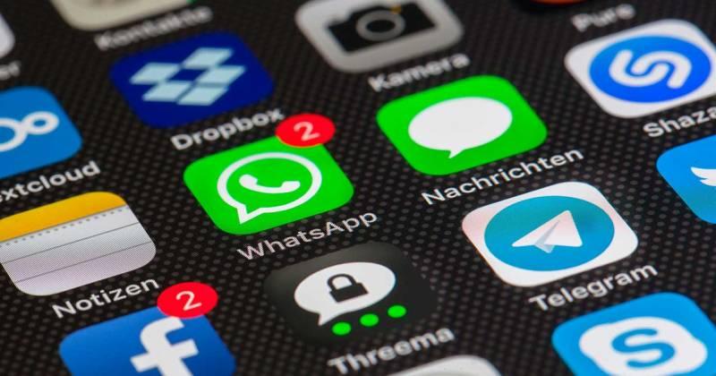 Aplicacions mòbils de Facebook i Whatsapp vistes des d'una pantalla d'un telèfon smartphone.