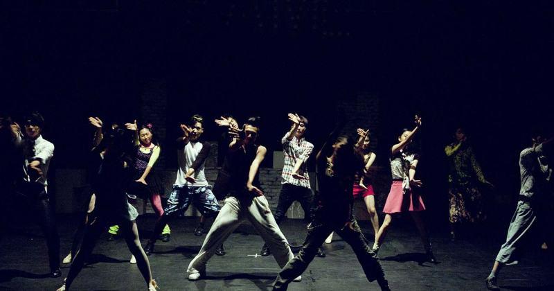Diverses persones realitzant una coreografia sobre un escenari.